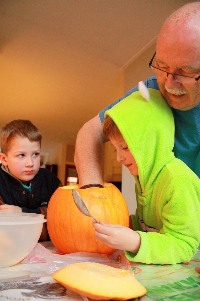 pumpkin carving 095